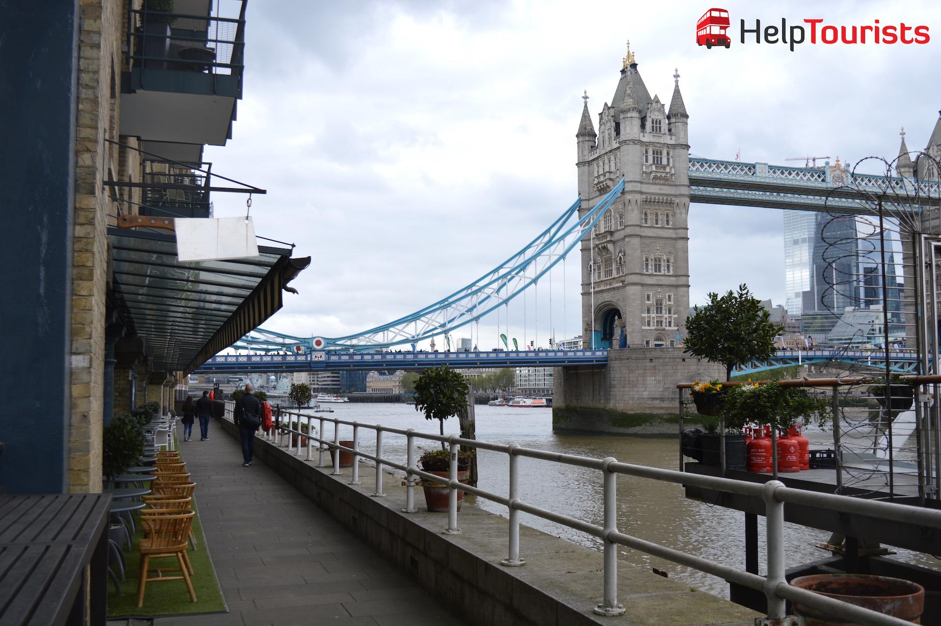 Bars bei der Tower Brücke in London