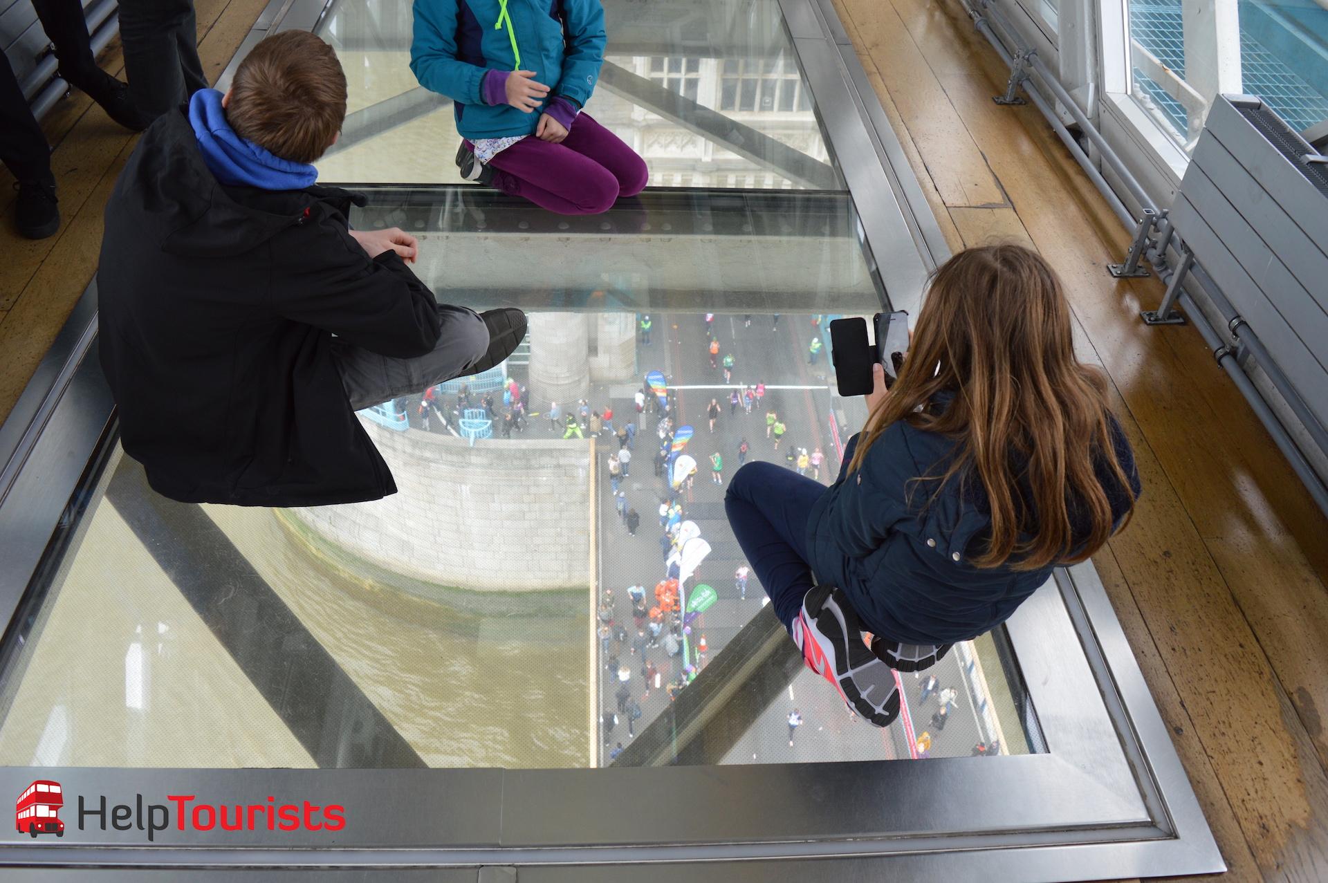 Blick durch den Glasboden Tower Bridge London