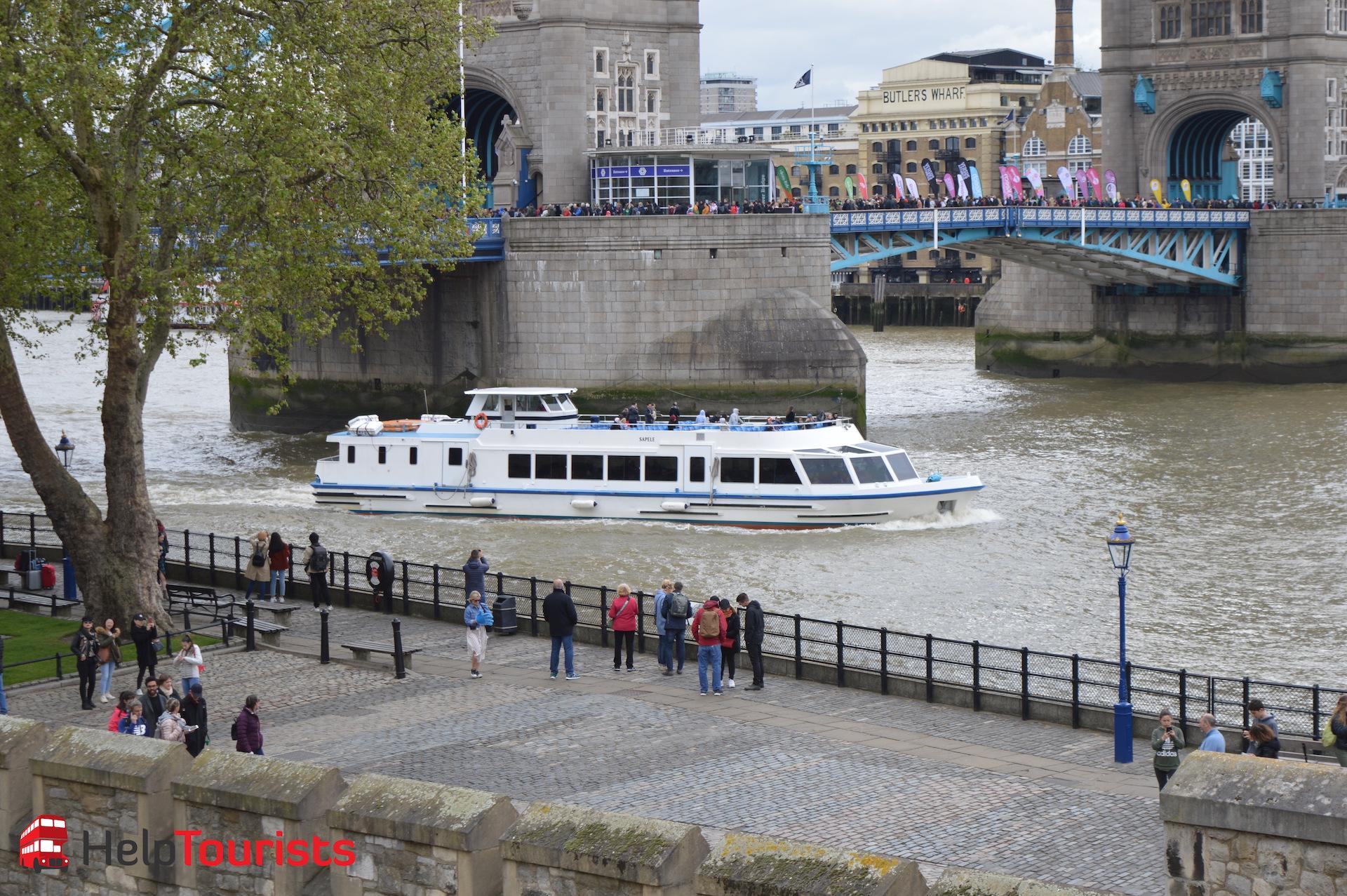 Bootsfahrt auf der Themse nahe Tower Bridge